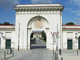 Haupttor zum Augarten in der Oberen Augartenstraße mit Blick auf die Porzellanmanufaktur. © Anton-kurt